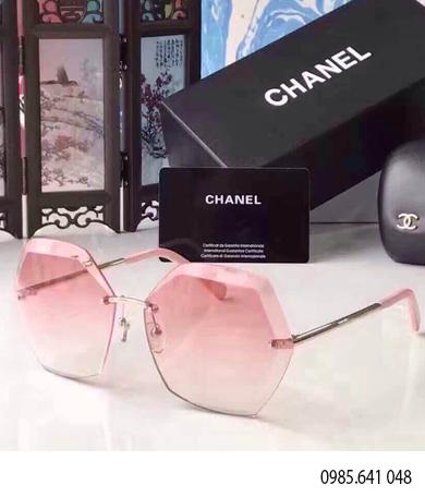 Kính Chanel khoan 2017 là mẫu kính nữ hot nhất 2017 với thiết kế khoan bắt vít ,càng kim loại tạo nên một vẽ đẹp phong cách khi đeo