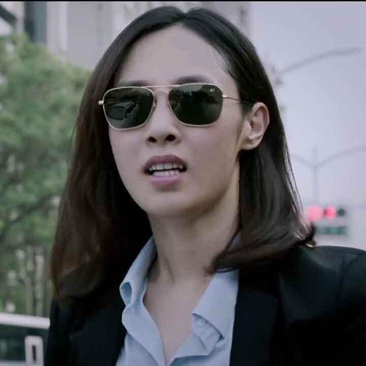 người mẫu NỮ đeo kính ao